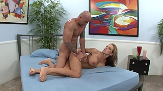 Cuckold looks at his girlfriend fucked by an American dick